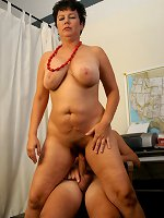 Hot mature loves tocuhing her fat pussy in solo